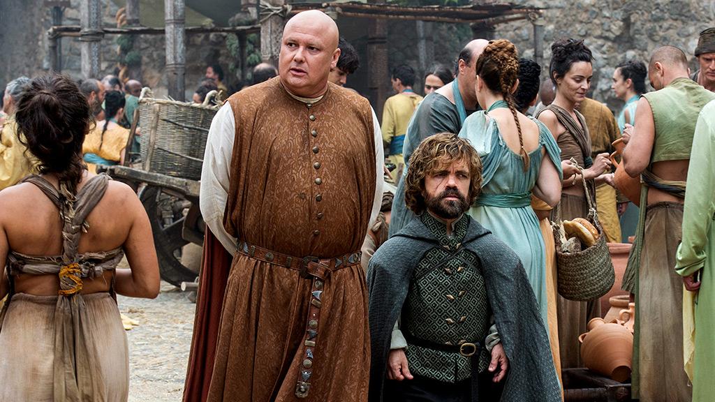 Tyrion e Varys andando na rua